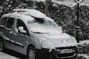 Sneeuw op de auto