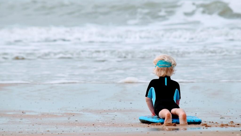 jong kind en surfen